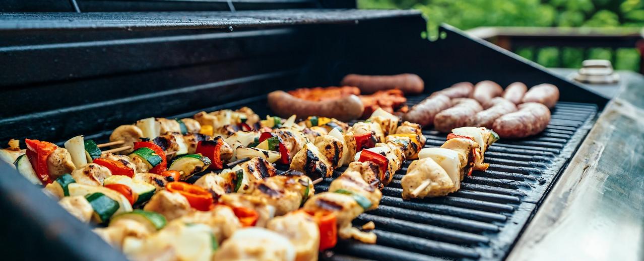 Barbecue gaz - Brochettes et saucisses