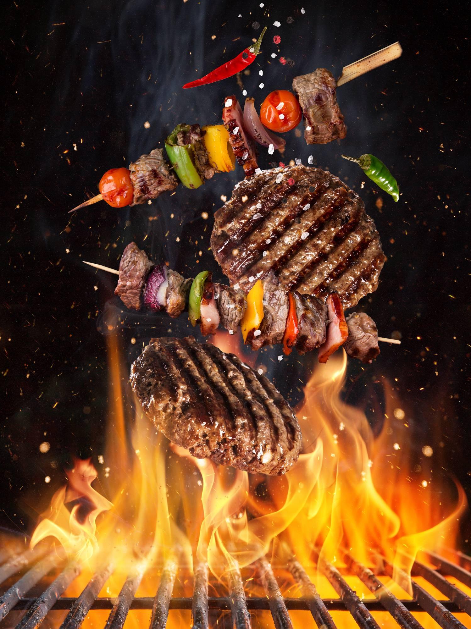 Grillades sur le feu du barbecue
